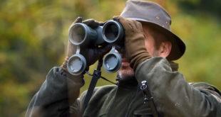Jäger schaut durch Fernglas