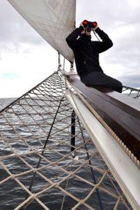 Mann auf Schiff schaut durch Fernglas Bresser Fernglas Nautic 7x50 W