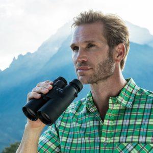 Mann nutzt Eschenbach Fernglas in freier Natur