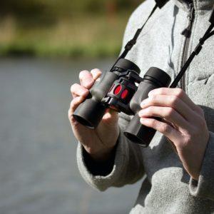 Kowa 8X30 YF Fernglas in der Hand