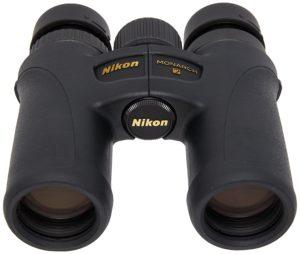 Nikon Monarch 7 8X30 Fernglas auf weissem Grund