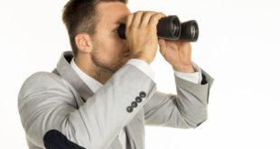 Mann schaut durch Fernglas 10x50
