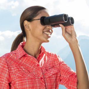 Frau schaut durch Eschenbach Optik arena Fernglas