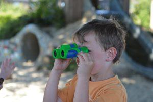Kind schaut durch das Bresser junior Fernglas