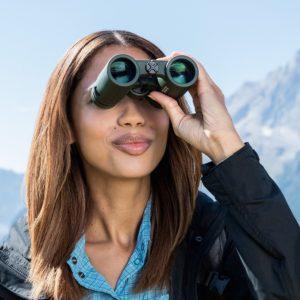 Frau schaut durch Eschenbach Optik sektor D 10x32
