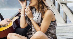 Frau schaut durch Mopalwin Fernglas,10 x 22