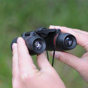 Qiorange Binoculars Fernglas in der Hand
