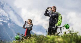 Mann und Frau in der Natur schauen durch Steiner SkyHawk 3.0 Fernglas