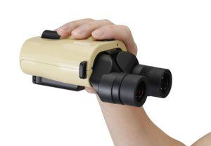 Vixen ATERA H12x30 Fernglas mit Bildstabilisator in der Hand auf weissem Grund