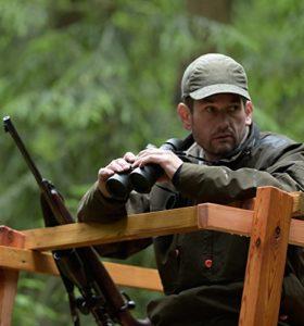 Mann im Jägerstand mit Steiner Fernglas